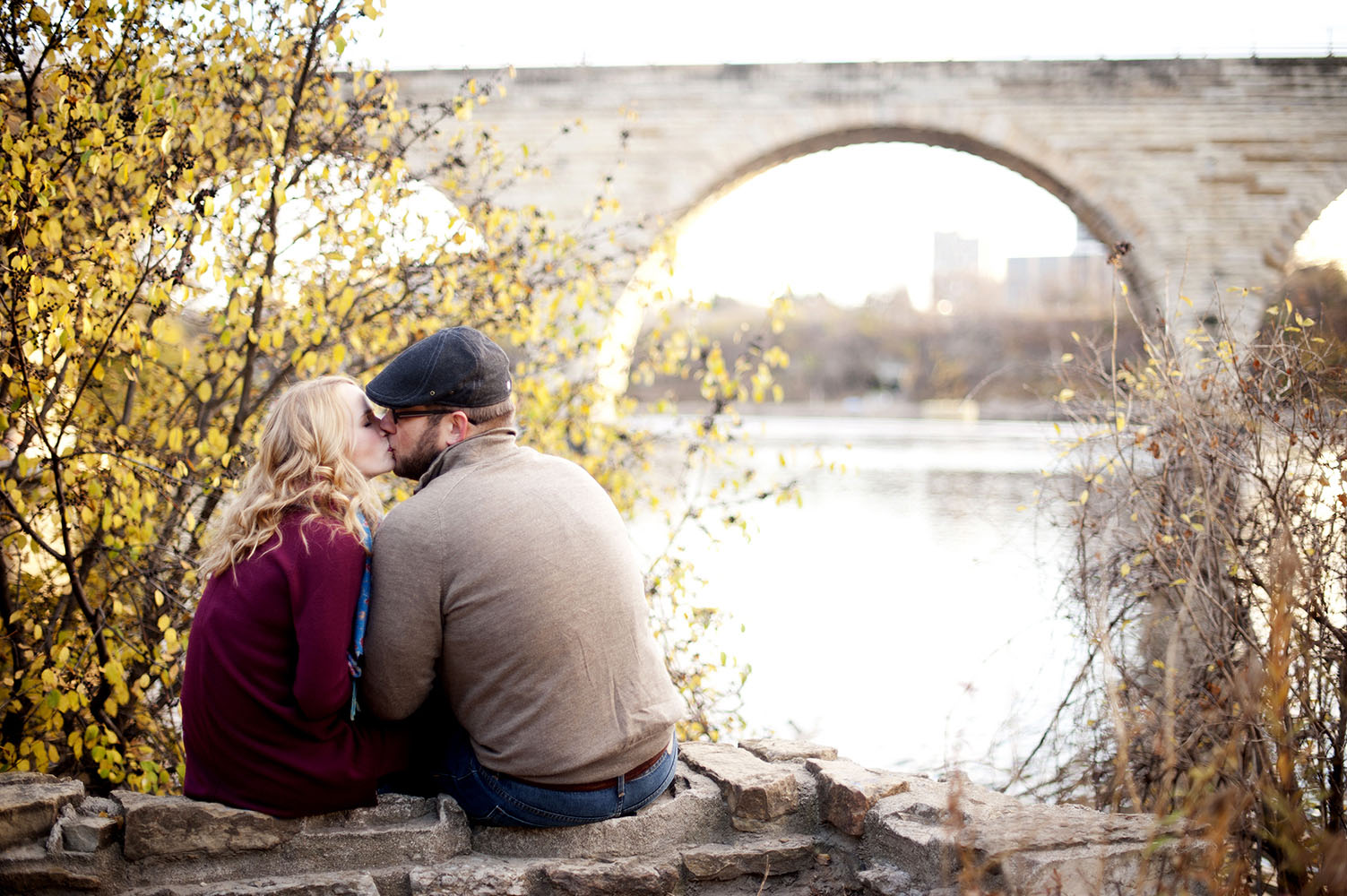 couple kissing along mississippi river